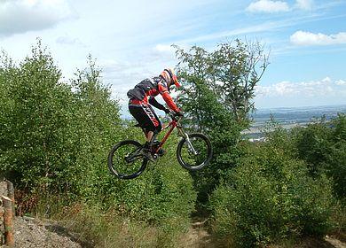 Sprung Downhillfahrer