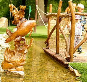 aus Holz geschnitzer Fisch im Wasser